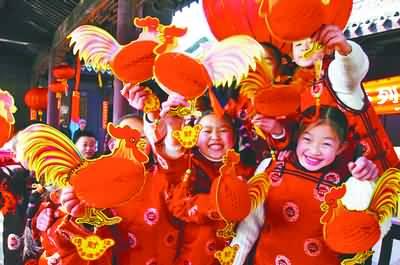 过新年、穿新衣,身着传统服装的孩子们脸上洋溢着幸福的笑容.-春
