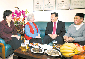 贾庆林:民族宗教工作要为构建和谐社会作贡献(图)