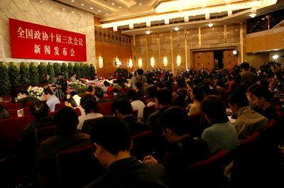 组图:国内外记者政协新闻发布会上抢新闻