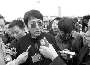 陈道明戴着墨镜去开会明星委员受记者追捧(图)