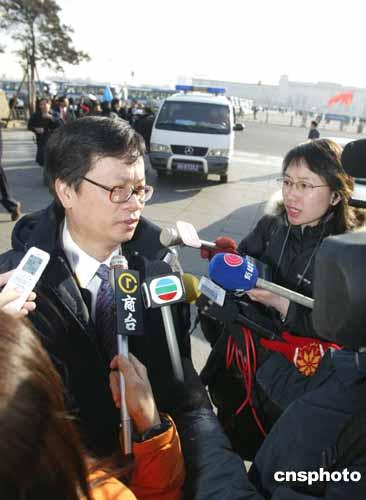 图文:香港代表郑耀棠就《反分裂国家法》答问