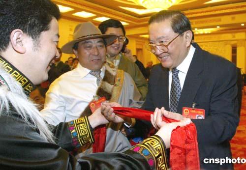图文:四川藏族人大代表向罗干献红色哈达