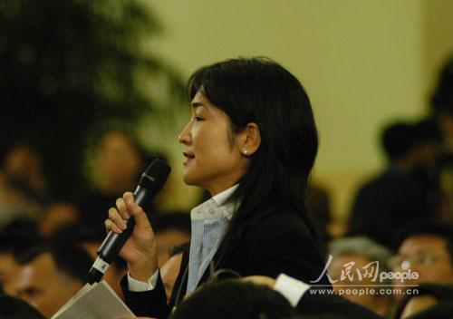 图文:日本朝日新闻记者向温家宝总理提问