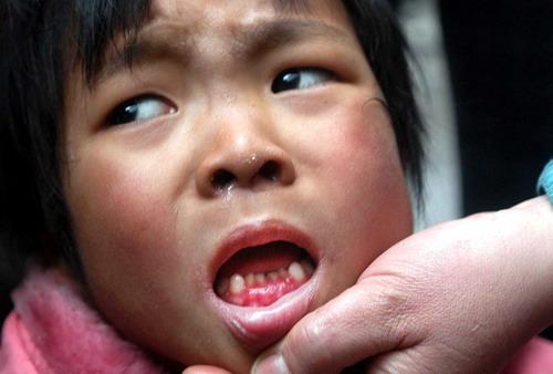 5岁小女孩每天嘴咬翻体旋转10男人谁是幕后操电小时女生图片