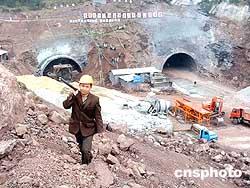 图:首条穿越三峡的高速公路开建
