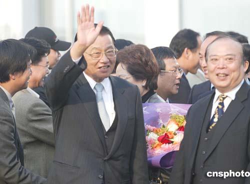图文:国民党副主席江丙坤抵达北京首都机场