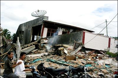 印尼地震灾民逃离灾区(组图)