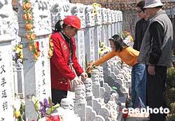 图:北京众多市民休息日为亲人扫墓