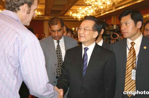 图文:温家宝在新德里会见记者认真审议韩正市长的《