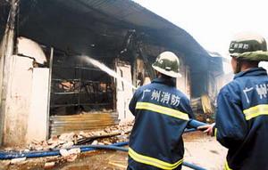 千平方米商铺被焚毁(组图)