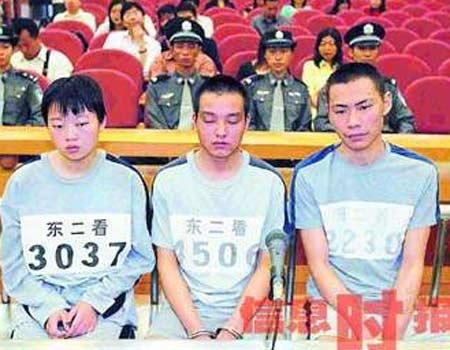 面无表情地接受法庭审判-为抢1300杀一家五口 女犯判11年当庭晕倒图片