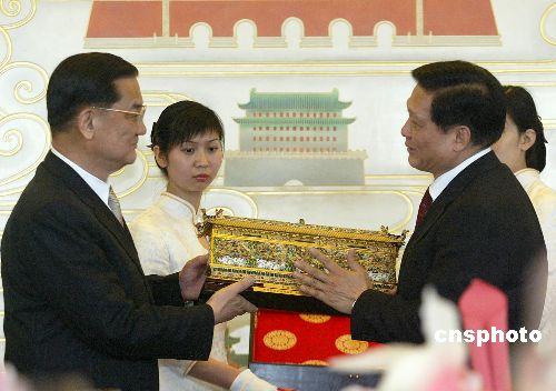图文:刘淇向中国国民党主席连战赠送礼物