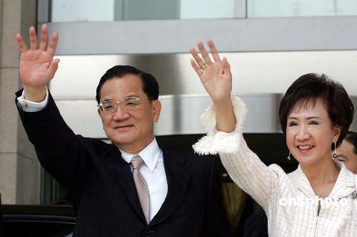 图文:连战向北京民众挥手致意