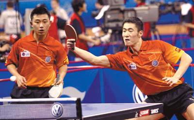 王励勤/闫森在昨晚男双的首轮比赛中险胜对手晋级图片
