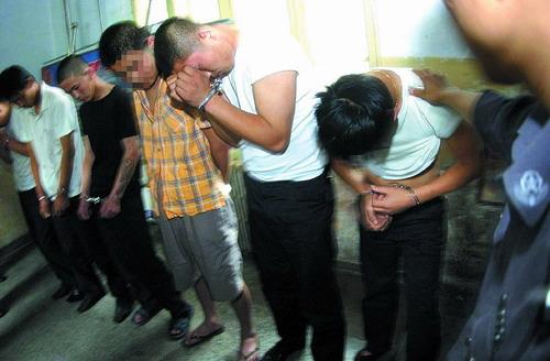 六少女男子轮奸三女生洗浴中心内灌醉带走(组问迪厅总是男生图片