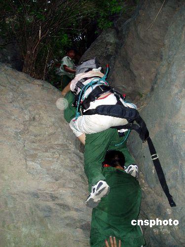 图:游客香山遇险受伤公安、消防、医疗联合紧急营救