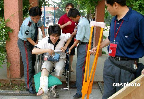 图:高考第一天:骨折考生被允许提前进场
