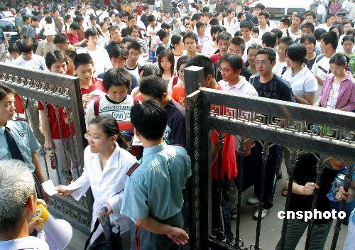 图:山东73.1万考生步入高考考场