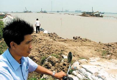挖断千米防洪大堤建码头(图)