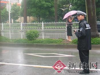 """记者亲历高考首日:冒雨执勤交警为考生""""护航""""(组图)"""