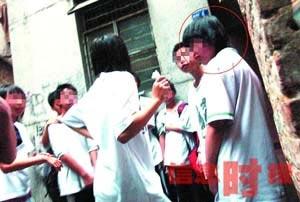 ,天河区某小学六年级女生阿文(化名,画圈者)被一群中学生拖入