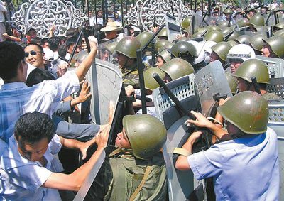 吉尔吉斯斯坦五百抗议者占领政府大楼(图)