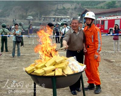 甘肃兰州焚烧毒品1400多公斤(组图)_新闻中心