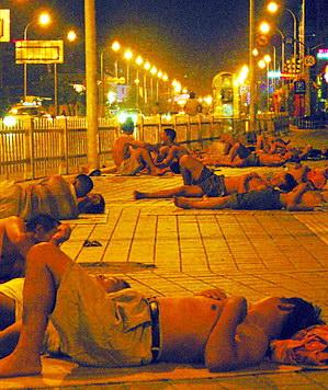 """连日高温民工们被""""逼""""到了街头露宿(图)"""