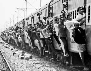 """中国 人口/6月10日,在印度东部比哈尔邦巴特那市,众多乘客""""挂""""在一辆..."""