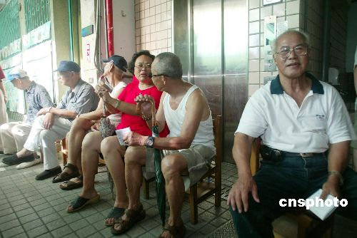 图文:台北市民等待投票