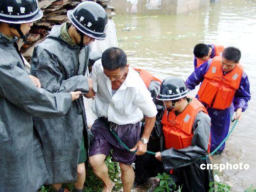 图文:武警解救台风灾区群众
