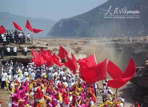 纪念抗战胜利60周年《黄河大合唱》响彻黄河