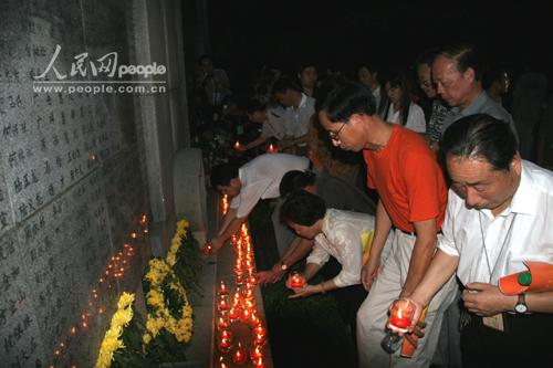 组图:南京各界举行烛光祭盏盏红烛敬亡灵