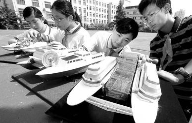 初中学生发明清污环保船模(图)