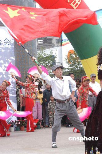 图文:昆明民众演出纪念抗日战争胜利六十周年