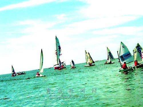 海尔·青岛号大帆船在其它奥帆赛各级帆船的簇拥下,在大连金石滩的