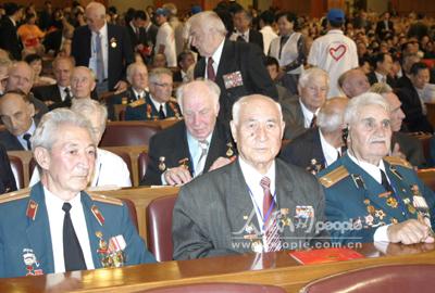 图文:出席抗战胜利60周年的老战士