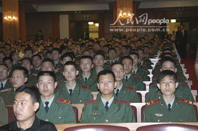 组图:参加纪念大会的年轻官兵