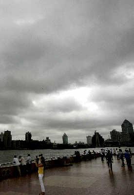 受台风影响上海机场取消380多航班