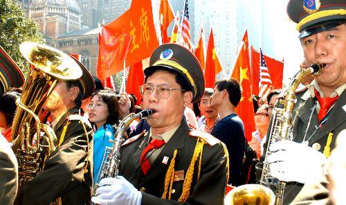 图文:美国华人华侨乐队热烈欢迎胡锦涛