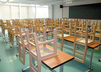 教室里的桌椅已经各就各位.