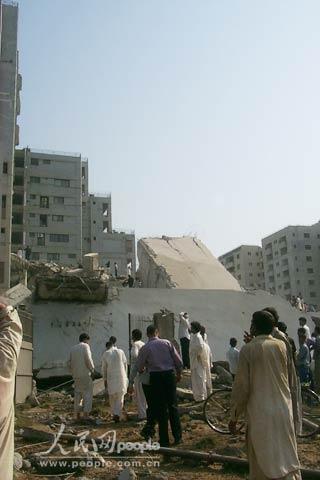 图文:巴基斯坦公寓楼在强烈地震中整体倒塌