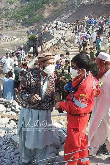 图文:中国救援队寻找可能生还的被困灾民