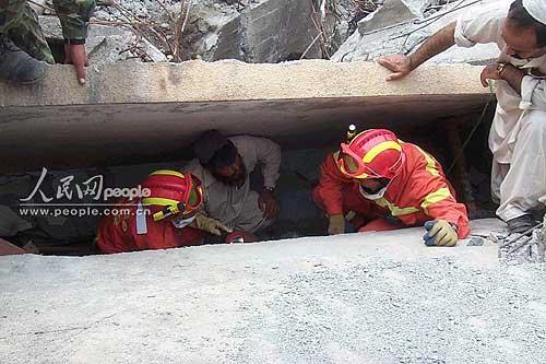 图文:中国救援队全力寻找可能生还的被困灾民