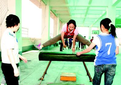 陕西两名女飞行员为成为航天员展开备战