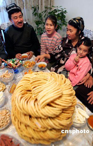 图:九十六岁维吾尔老人欢度开斋节(肉孜节)