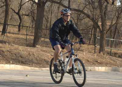 图文:布什在北京奥运会山地自行车赛场骑车