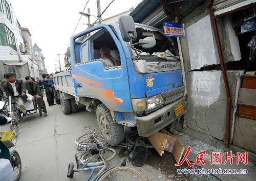 杭州哪里站街女最多_杭州:3岁儿童开车冲进洗头房