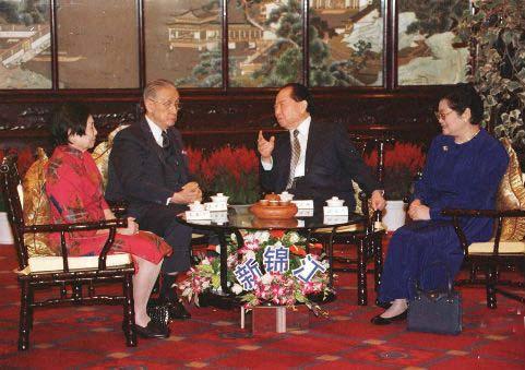 资料图片:汪道涵与辜振甫夫妇进行会晤