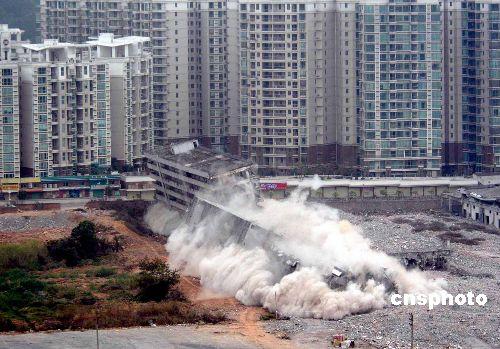 图:广东东莞一万平方米农贸市场爆破拆除
